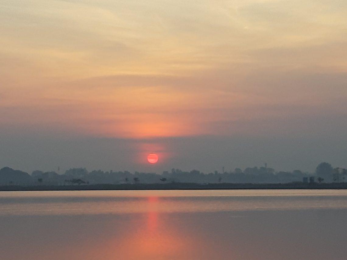 Sonnenaufgang That Luang Lake